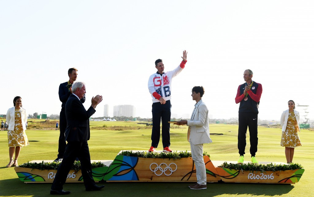 Justin Rose receives his Rio 2016 men's golf Olympic gold medal ©Getty Images
