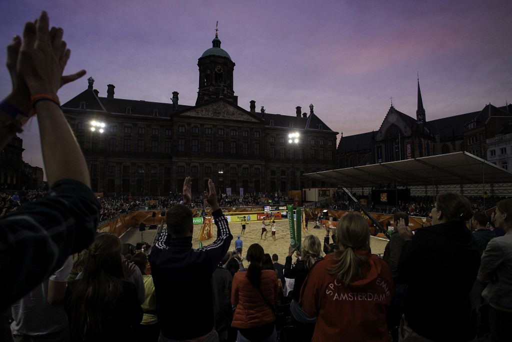 Three Dutch men's pairings advance to Beach Volleyball World Championships last 32 in front of home crowd