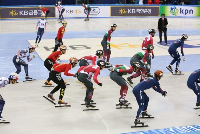 Action from the men's 5,000m relay final inside the Gangneung Ice Arena ©Hello Pyeongchang