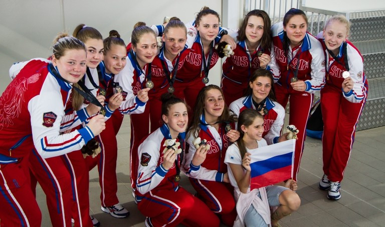 Russia celebrate their Youth World Championship victory ©FINA