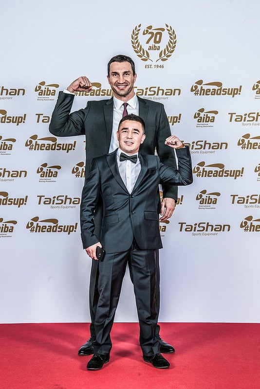 Former world heavyweight champion Wladimir Klitschko poses with Uzbekistan's Hasanboy Dusmatov, voted the AIBA male boxer of the year after winning the Olympic light flyweight gold medal at Rio 2016 ©AIBA