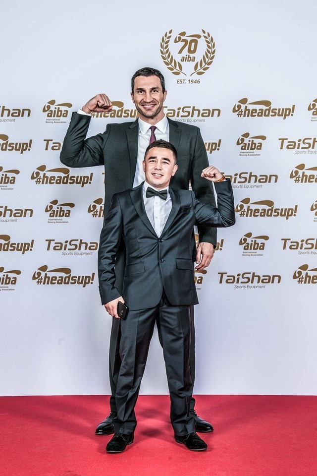 Former world heavyweight champion Wladimir Klitschko poses with Uzbekistan's Hasanboy Dusmatov at last year's AIBA Gala Dinner ©AIBA
