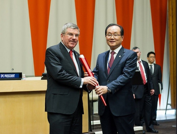 Bach handed Gwangju Universiade Torch at ceremony at United Nations headquarters
