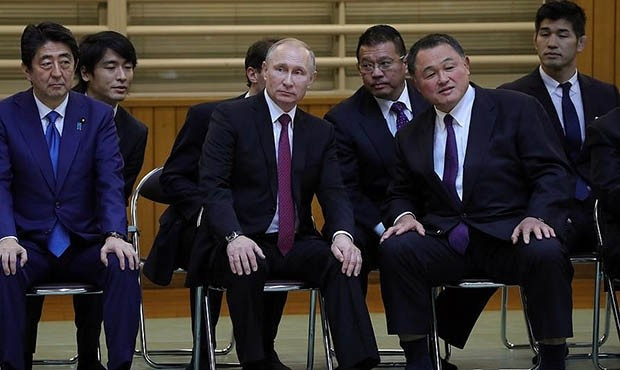 Russian President Vladimir Putin (left) has visited Japan to discuss the development of sambo in the country ©FIAS