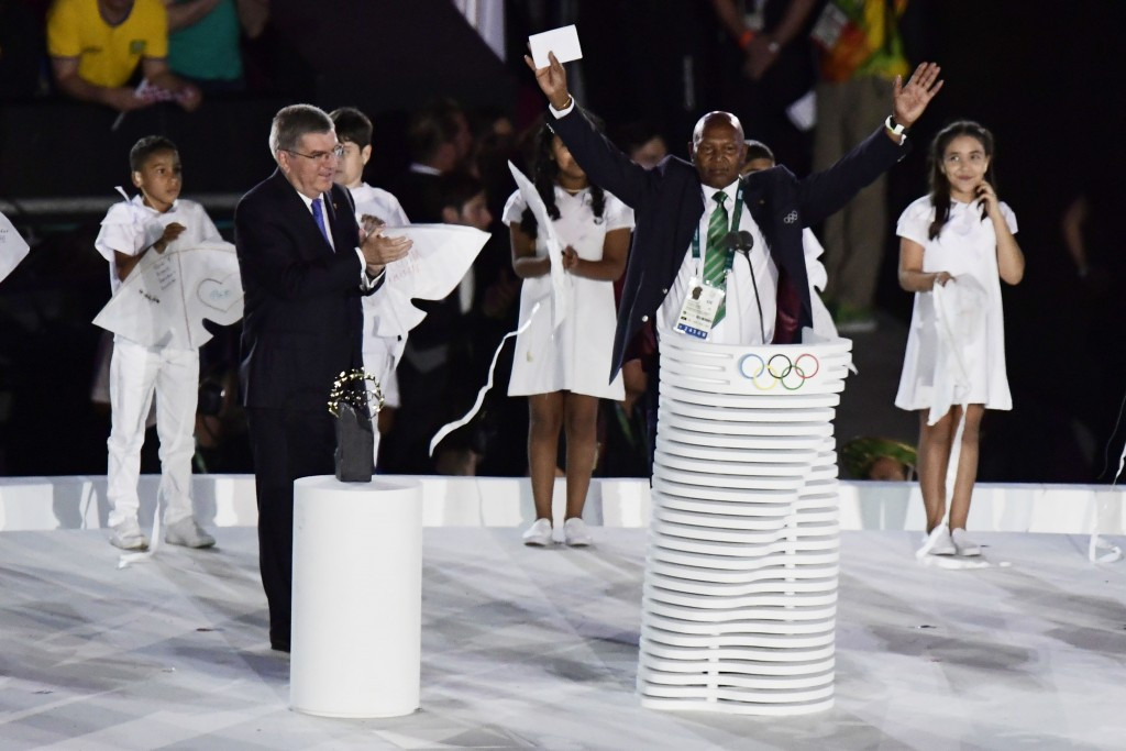 Kipchoge Keino, right, received the Olympic Laurel from IOC President Thomas Bach, left, at the Opening Ceremony of Rio 2016 following a career in whcih he won two Olympic gold medals  ©Getty Images