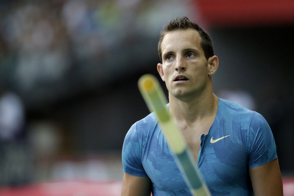 France's Renaud Lavillenie suffered a rare defeat in the pole vault in front of his home crowd at the IAAF Paris Diamond League meeting, finishing fifth with 5.71m