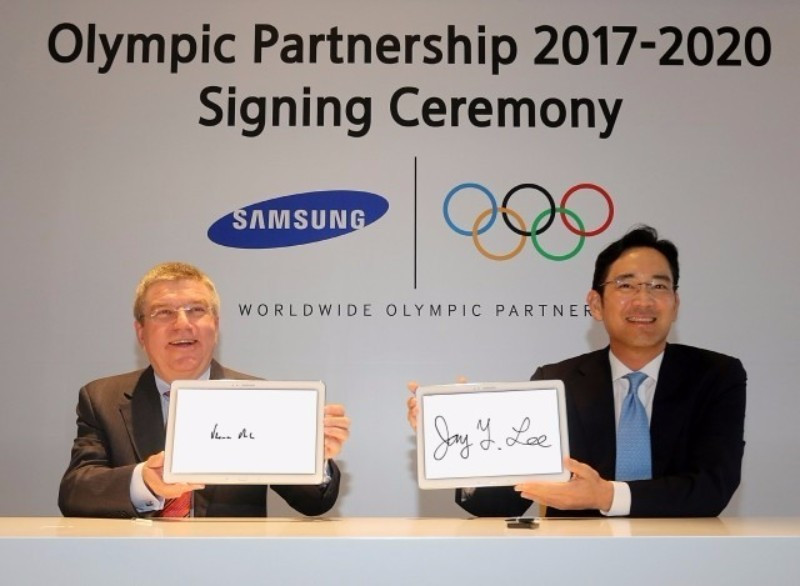 International Olympic Committee President Thomas Bach, left, and Samsung vice-chairman Jay Y. Lee pictured in 2014 when the South Korean company extended its role as a TOP sponsor ©Samsung