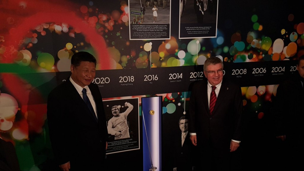 Xi Jinping and Thomas Bach pictured posing with the German's gold medal from the Montreal 1976 Summer Olympic Games ©IOC/Twitter