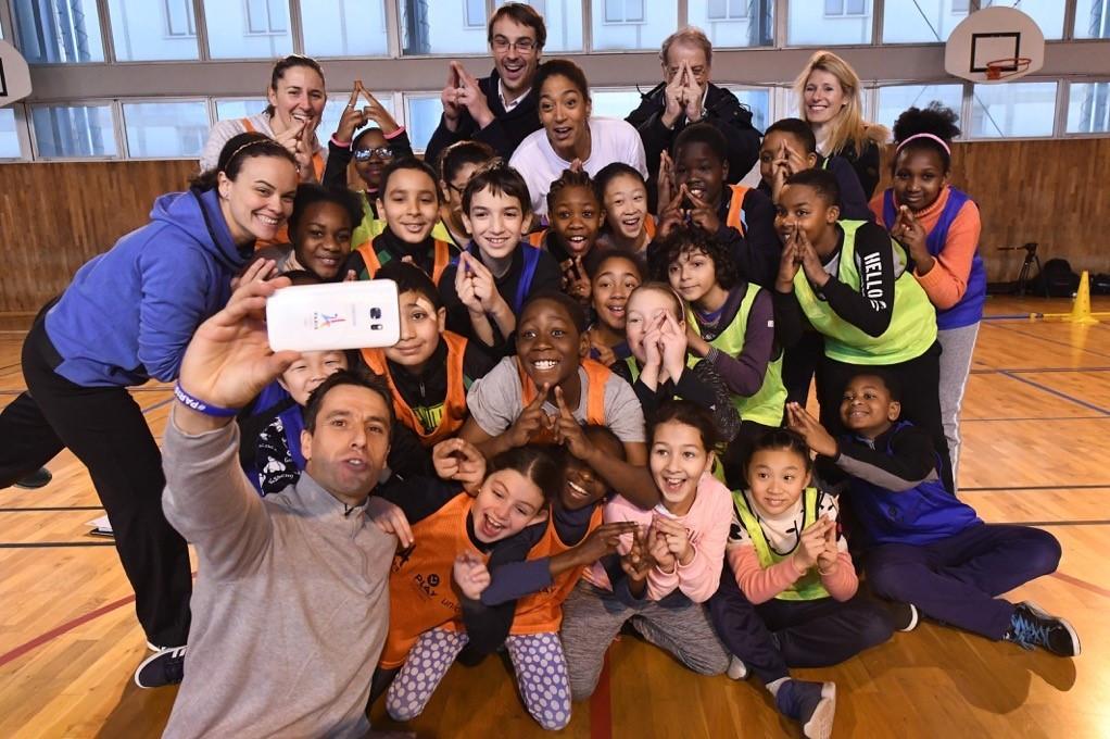 Tony Estanguet takes a selfie at the launch event at a Paris primary school ©Paris 2024
