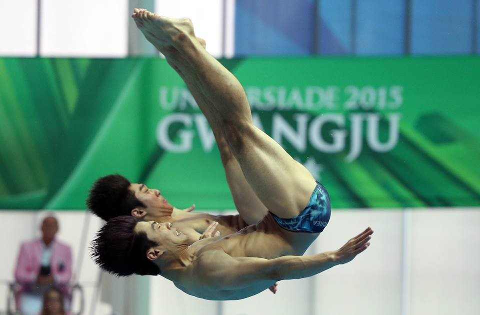 China's Yanan Li and Yuming Zhong were narrowly beaten in the men's synchronised 3m springboard final by Russia's Evgenii and Viacheslav Novoselov