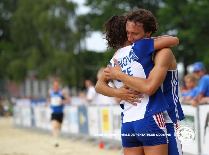 Natalia Dianova and Jan Kuf embrace after winning the world modern pentathlon mixed relay gold in Berlin ©UIPM