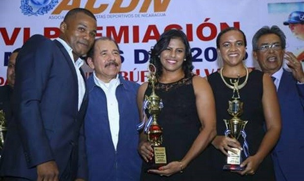 Zaira Laguna, centre, celebrates her Nicaraguan Association of Sports Journalists award ©FIAS