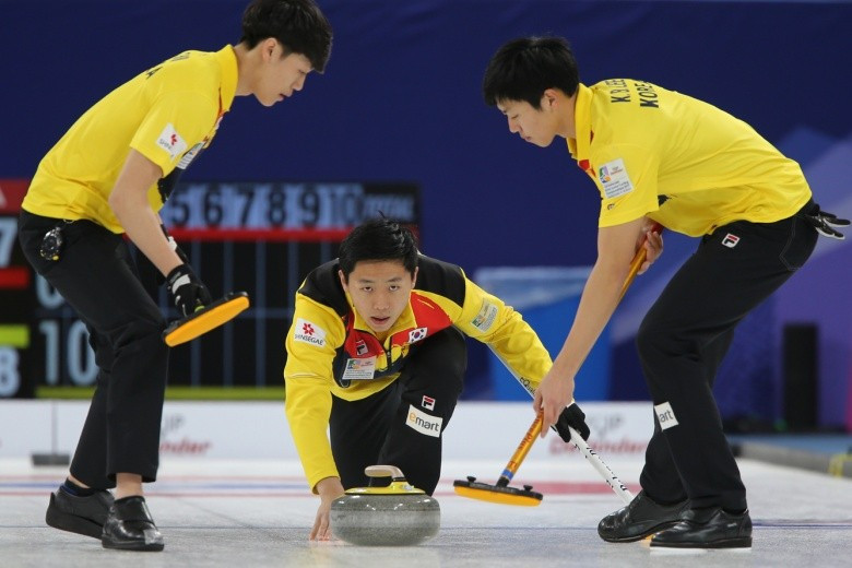 Hosts South Korea maintained their unbeaten record in men's round-robin play as action continued today at the 2017 World Junior Curling Championships in Gangneung ©WCF/Richard Gray