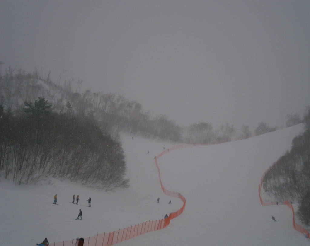 Heavy snow fell across all venues, including the Teine Alpine resort, on a day of blizzard conditions at Sapporo 2017 ©ITG