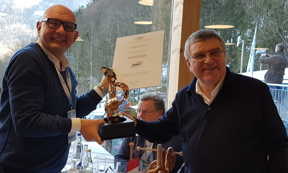 """IBSF President Ivo Ferriani has been awarded """"The sky is the limit"""" statue from IOC counterpart Thomas Bach ©IBSF"""