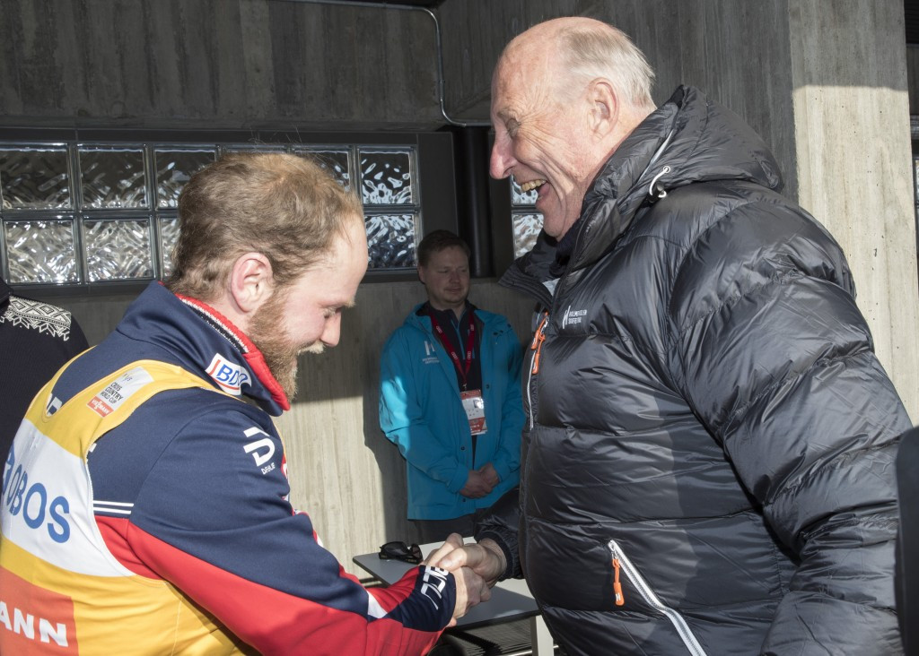 King Harald of Norway congratulates Martin Johnsrud Sundby after his victory ©Getty Images
