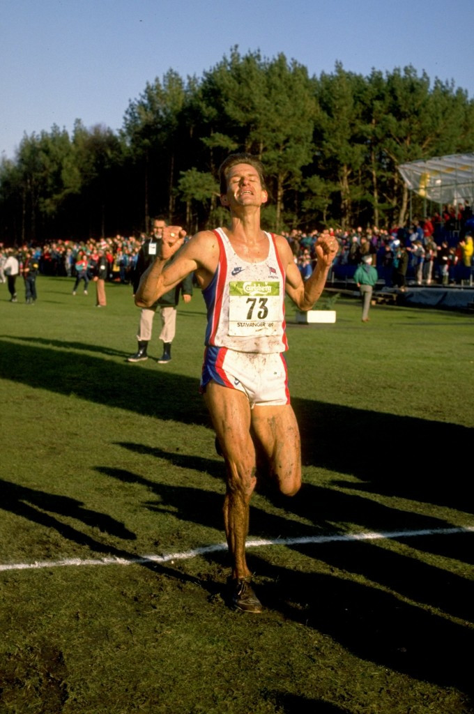 Tim Hutchings of Britain crosses the line to take silver in the 1989 IAAF World Cross Country Championships at Stavanger behind Kenya's John Ngugi ©Getty Images