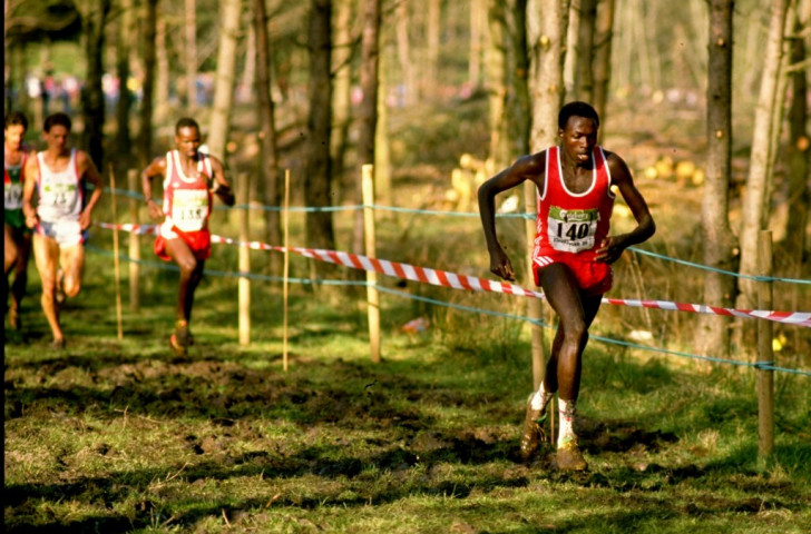 Kenya's phenomenal John Ngugi, 1988 Olympic 5,000m champion, en-route to victory at Stavanger in 1989 ©Getty Images