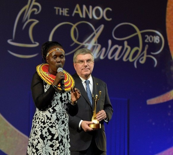 Tegla Loroupe with IOC President Thomas Bach, accepting the ANOC Award for Inspiring Hope ©Getty Images