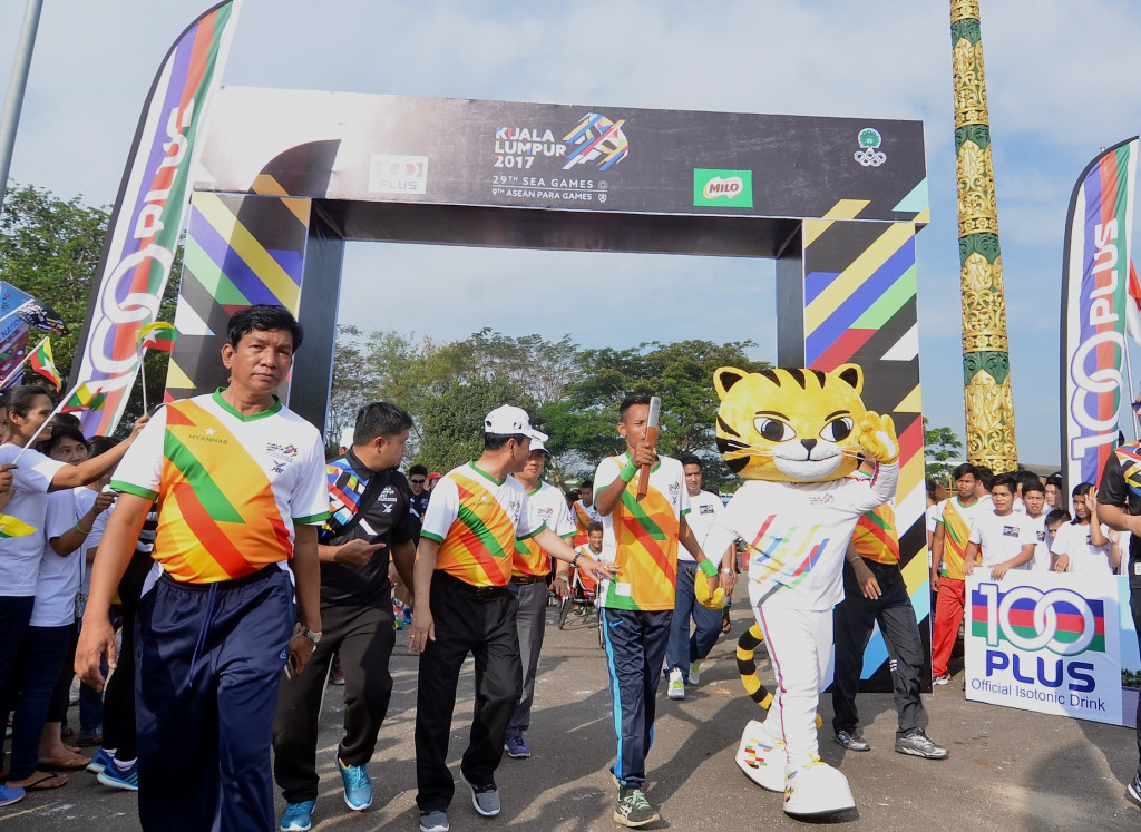 A number of Myanmar's sporting stars carried the baton round an 11km course ©Kuala Lumpur 2017