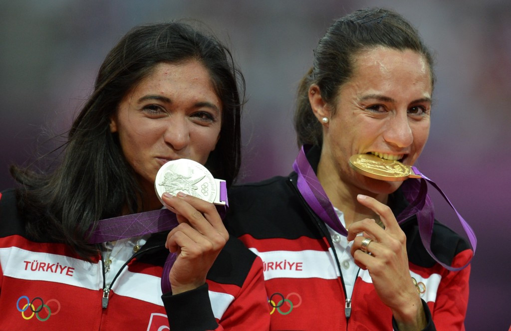 Turkey's Gamze Bulut, left, will not be awarded the London 2012 Olympic gold medal she was in line to receive from compatriot Aslı Çakır Alptekin ©Getty Images