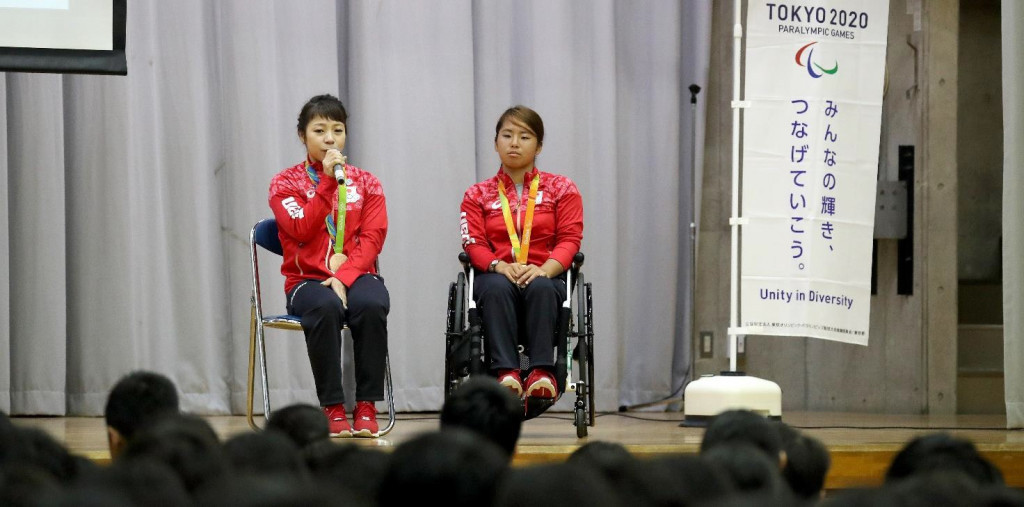 Hiromi Miyake and Yui Kamiji speak to pupils at a school in Chiba City as part of the Tokyo 2020 project launch ©Tokyo 2020