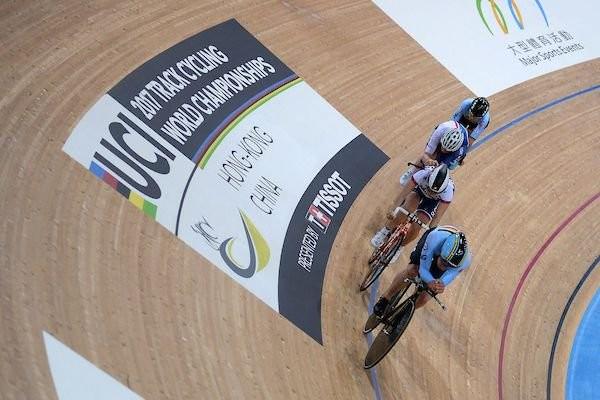 Elinor Barker wins world points race gold