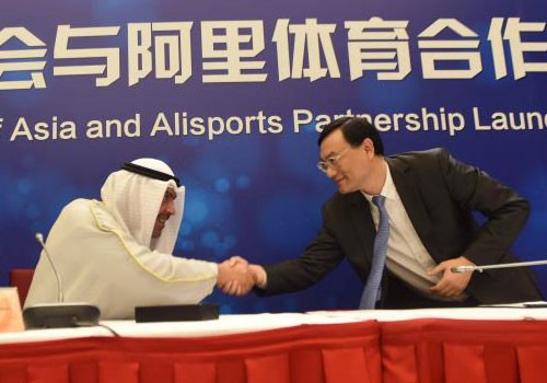 OCA President Sheikh Ahmad Al-Fahad Al-Sabah, left, shakes hands with Alisports founder and chief executive Zhang Dazhong, right ©OCA
