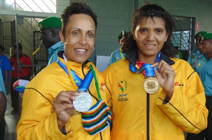 Lynette Vai (right) beat Eli Webb (left) in an all-Papua New Guinean women's singles squash final ©Port Moresby 2015