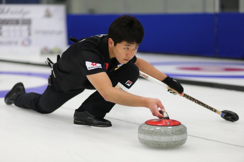 Kijeong Lee helped preserve South Korea's unbeaten record on day two of the World Mixed Doubles Curling Championship in Lethbridge ©WCF/Richard Gray