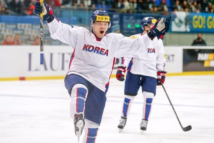 South Korea took a giant step towards securing promotion with victory over Hungary ©IIHF