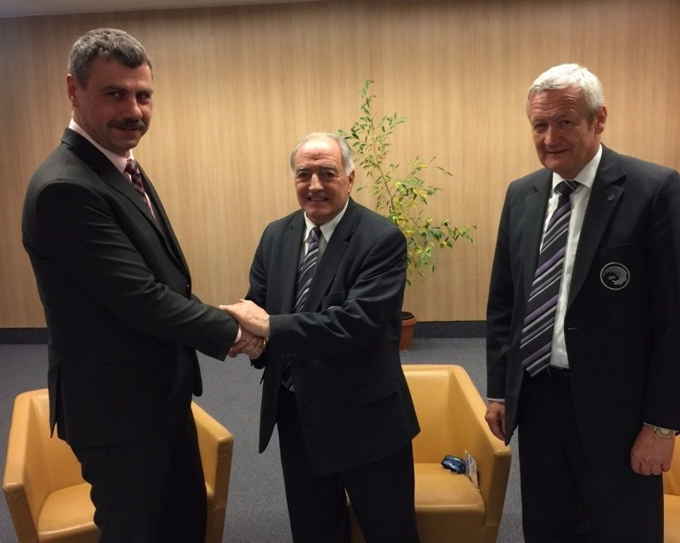 UEG President Georges Guelzec, centre, and Zegluga Szczeniska chairman Ireneusz Nowak, left, were among those in attendance for the contract signing ©FIG