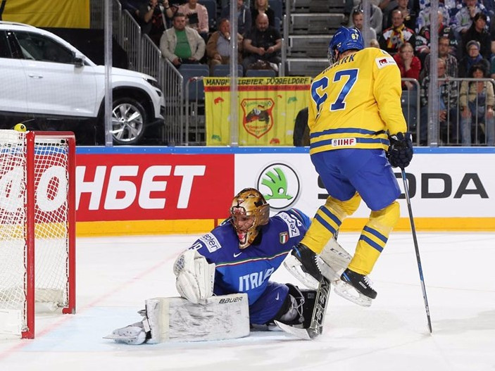 Sweden beat Italy 8-1 in Cologne today ©IIHF