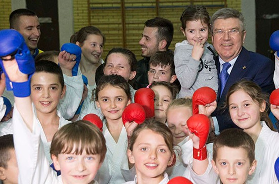 Thomas Bach pictured with aspiring boxers at the National Sports Centre in Pristina ©IOC/Ian Jones