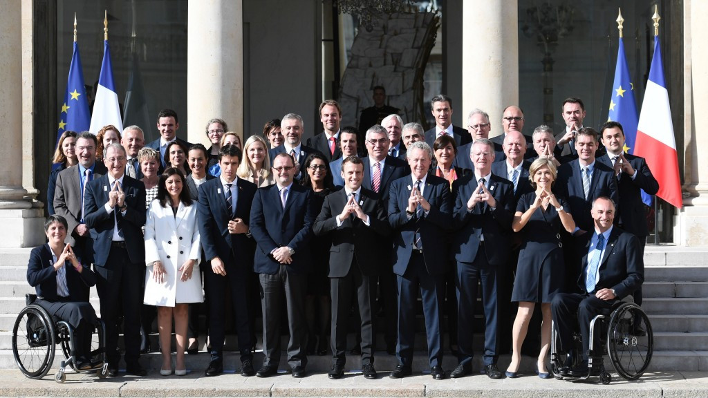 IOC and Paris 2024 officials pose with new French President Emmanuel Macron ©Getty Images