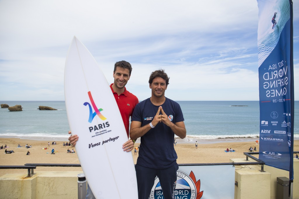 Paris 2024 co-chair Tony Estanguet, left, posed with French surfer Jeremy Flores here today ©FFSurf / Arrieta