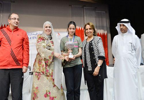 Kaltham Elyasi receives the girls' title from BOC Board member Shaikha Hayat bint Abdulaziz Al Khalifa ©OCA
