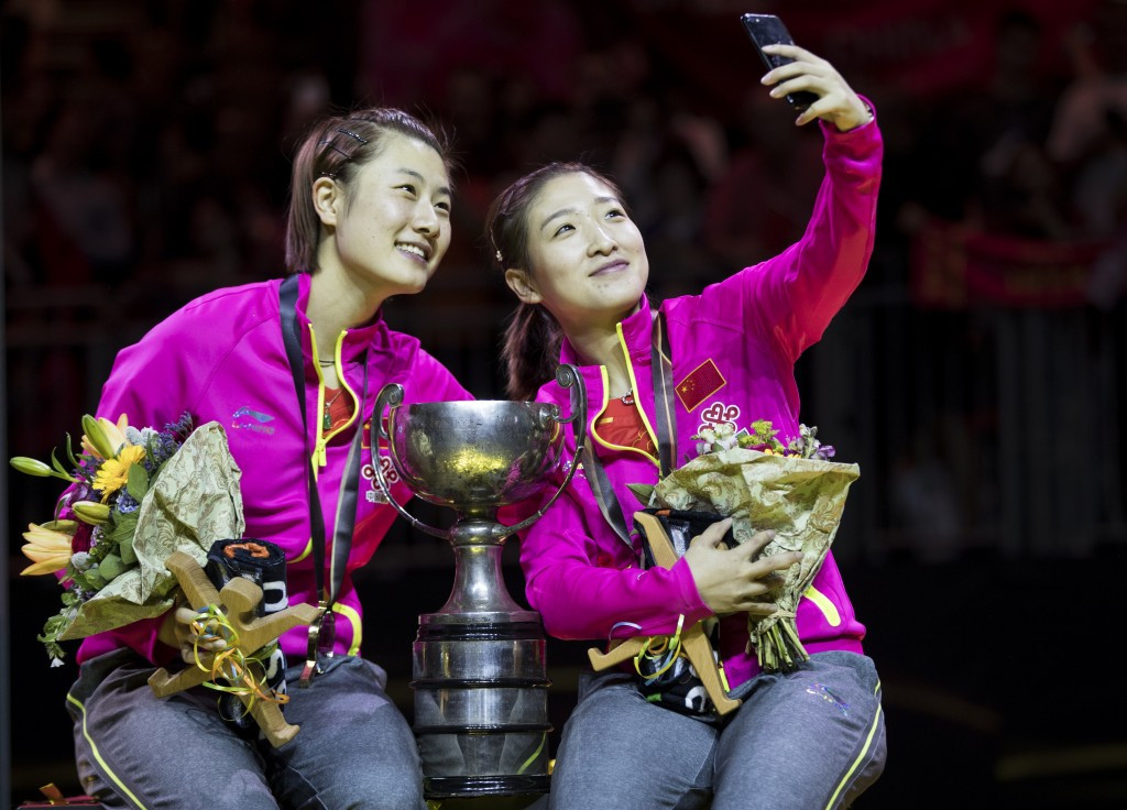 Liu Shiwen, right, takes a selfie on the podium with Ding Ning ©Getty Images