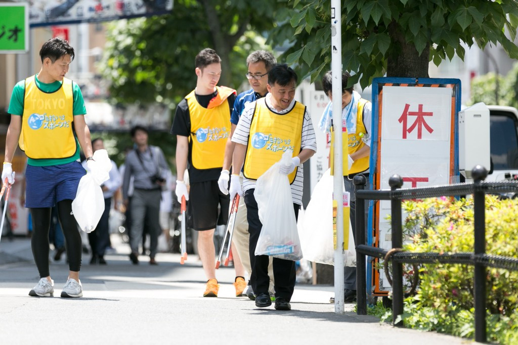 Twenty teams of five members participated, with the aim to see who could collect the most litter from the area in a set amount of time ©Tokyo 2020