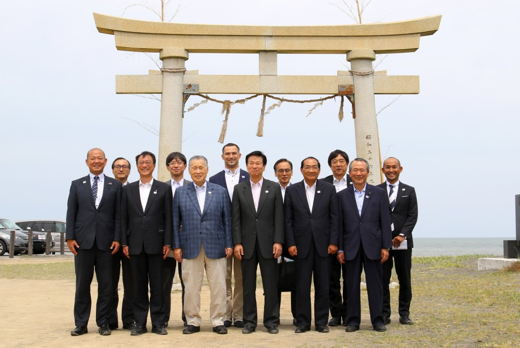 Tokyo 2020 President visits Olympic surfing venue