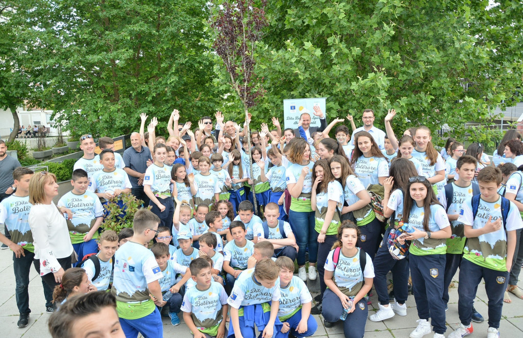 The KOC planted a tree with children to mark World Sports and Environment Day ©KOC