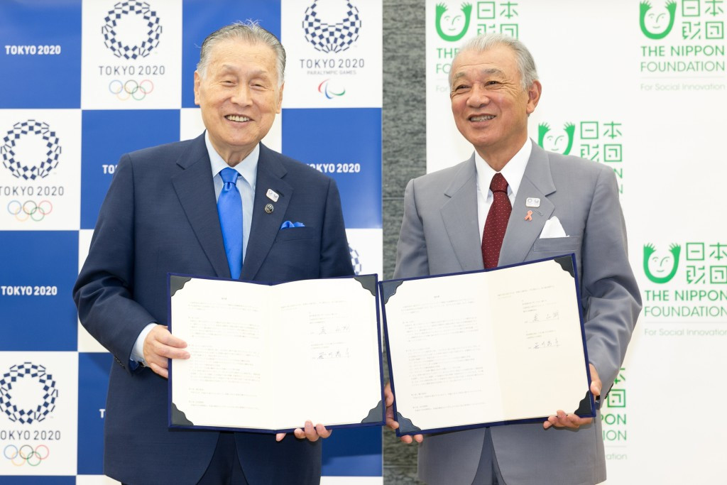 Tokyo 2020 President Yoshirō Mori, left, was joined by Nippon Foundation chairman Yohei Sasakawa, right, at the signing of the partnership ©Tokyo 2020/Uta Mukuo