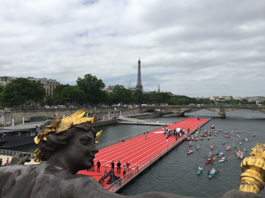 A floating athletics track on the River Seine was built for the event ©ITG