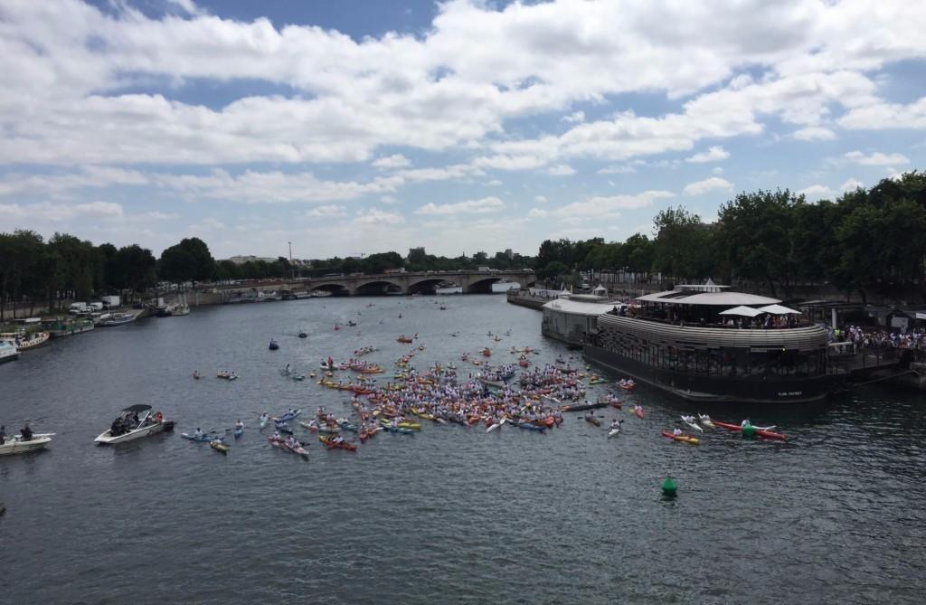 Paris 2024 co-chair Tony Estanguet led 200 canoeists down the River Seine ©ITG