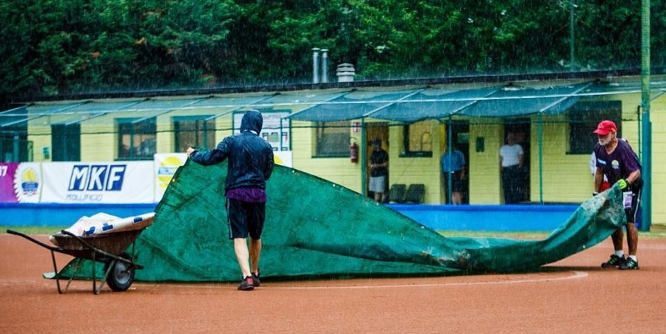 Rain saw this evening's play cancelled ©Grega Valancic/Softball Europe