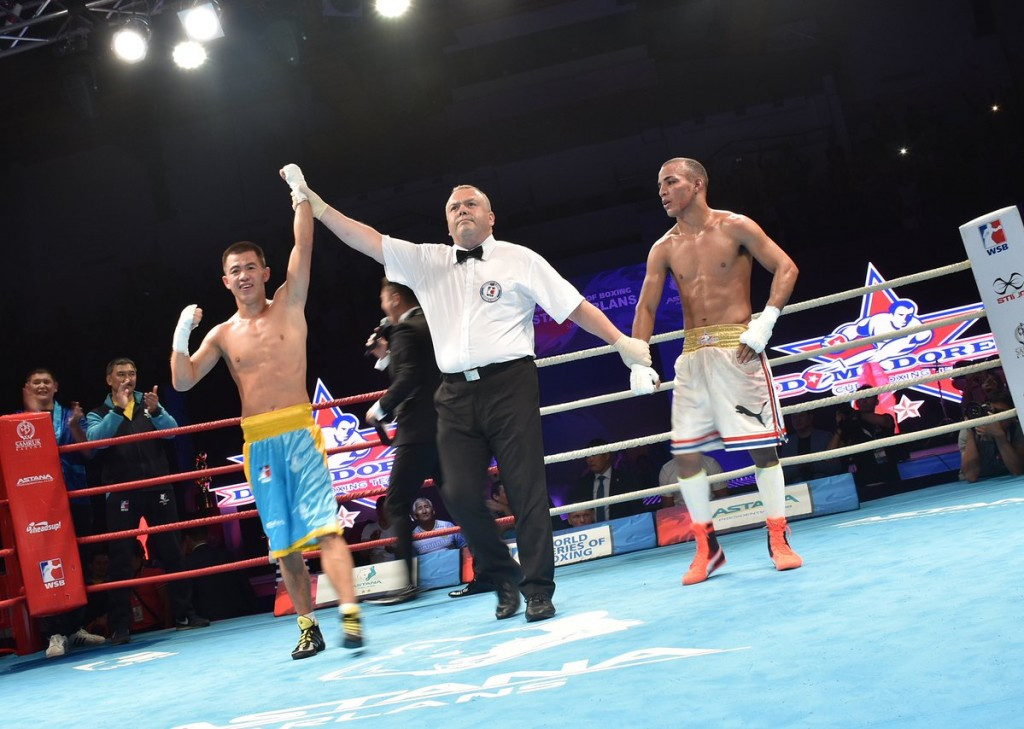 Olzhas Bainiyazov, left, sealed the title after beating Frank Zaldivar in the final bout ©WSB