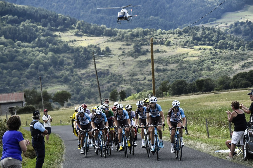 A mechanical problem saw race leader Chris Froome dropped from the yellow jersey group ©Getty Images