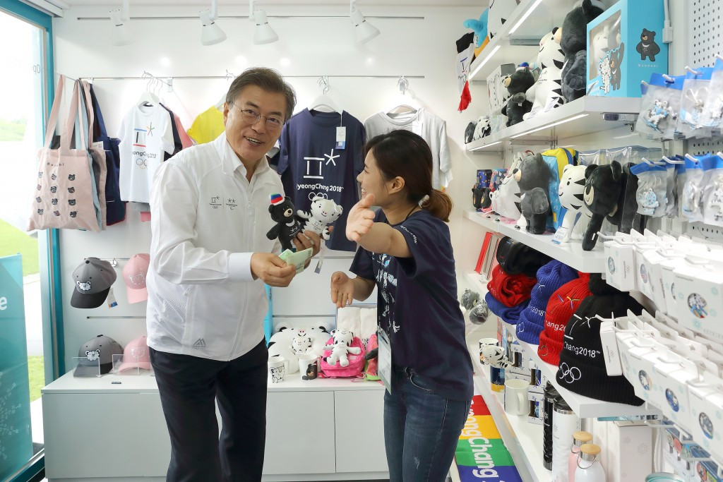 Moon Jae-in visited an official Pyeongchang 2018 shop during his visit to the county ©Pyeongchang 2018