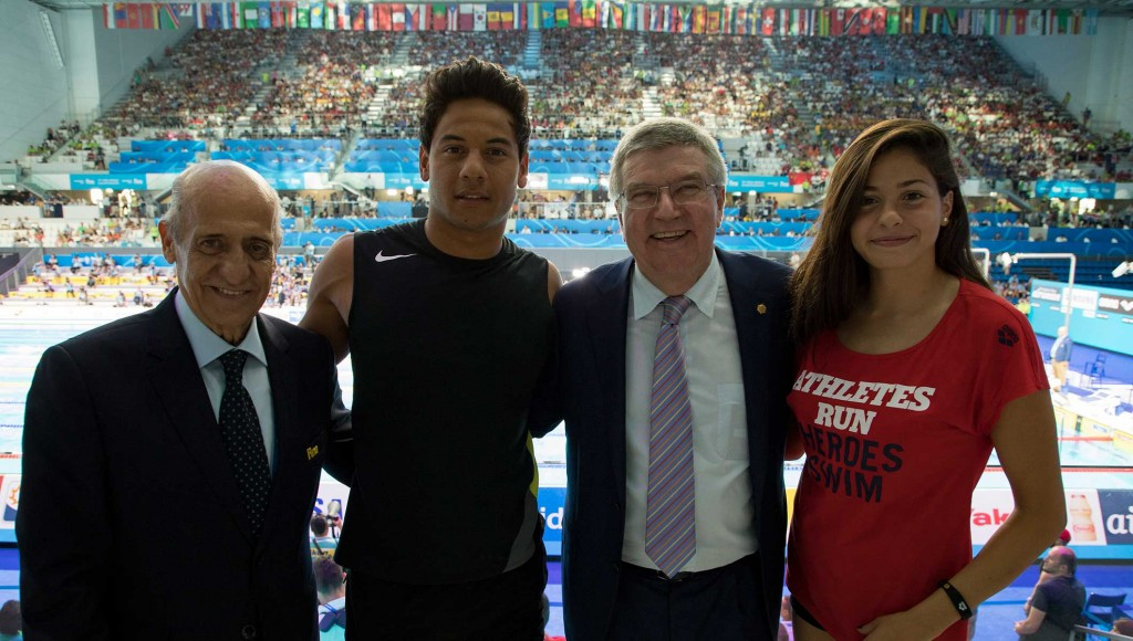 Julio Maglione, left, and Thomas Bach, second right, meeting with refugee athletes at the FINA World Championships ©IOC/Greg Martin
