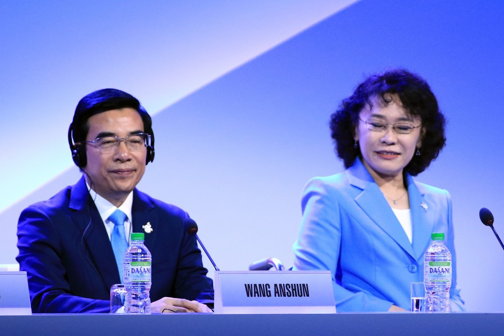 Zhang Haidi, right, pictured alongside ex-Beijing Mayor Wang Anshun during the city's bid for the 2022 Olympic and Paralympic Games ©Getty Images